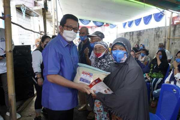 Bawa Bantuan Pribadi di Kecamatan Singkil, MOR Ingatkan Ikuti Protokol Kesehatan