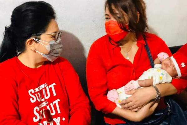 Ibu Rita dan dr Devi, Dua Wanita Hebat Gendong Bayi Panti di Minsel, Bagi Masker Hingga Tali Kasih