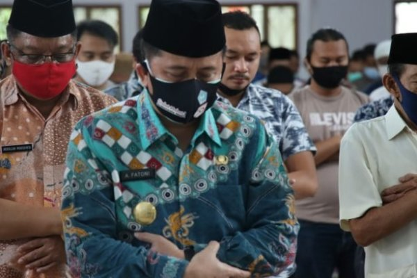 Saat Pjs Gubernur Fatoni Shalat Jumat Berjamaah di Masjid Raya Ahmad Yani