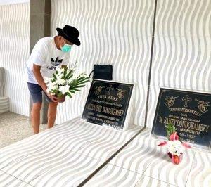 Gubernur Olly Ziarah ke Makam Orang Tua Jelang Natal