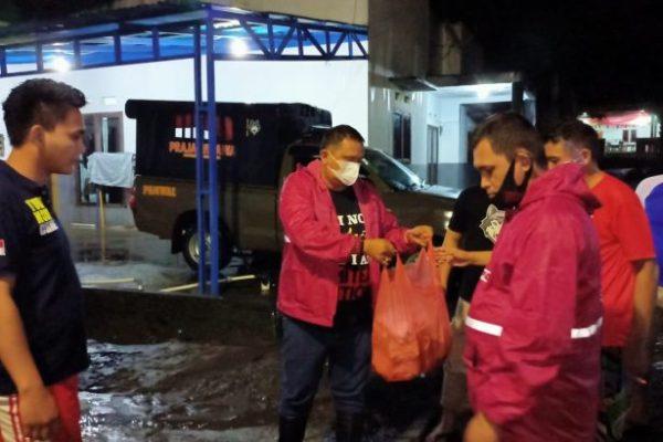 Satpol PP Pemprov Sulut Bagikan 500 Nasi Bungkus untuk Warga Terdampak Banjir di Manado