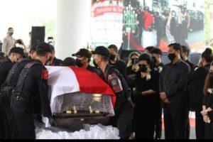 Beri Penghormatan Terakhir, Satpol PP Pemprov Sulut Usung Peti Jenazah SHS