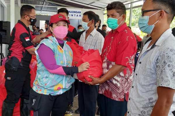 Ketua DPR RI Puan Maharani Kunjungi Masyarakat Kepulauan Talise di Minut, Serahkan Paket Sembako
