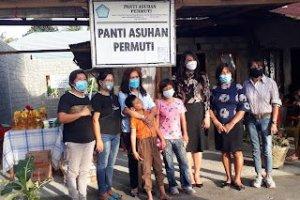 Keluarga Kandouw-Tanos Berbagi Kasih di Panti Asuhan PERMUTI Minsel