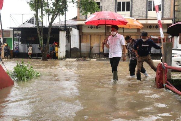 Ditengah Hujan Walikota Manado Tinjau Beberapa Lokasi Air Meluap