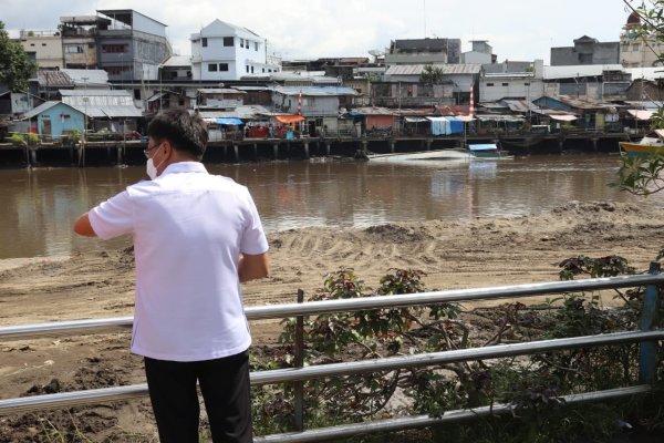 Tinjau Pengerukan Sungai Kompleks Jembatan Megawati, Walikota Dialog Dengan Pekerja