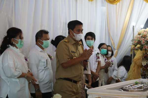 Hadir di Ibadah Pemakaman Ibu Tetty Pepah-Paath, Wagub Kandouw Hibur Keluarga Berduka