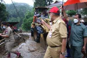 Warga Harus Tetap Waspada, Gubernur Olly Tinjau dan Salurkan Bantuan Bagi Korban Banjir Bandang di Desa Pangu dan Wioi Ratahan