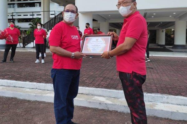 Edison Humiang Masuki Purna Tugas, Terima Penghargaan Dari Pemprov Sulut