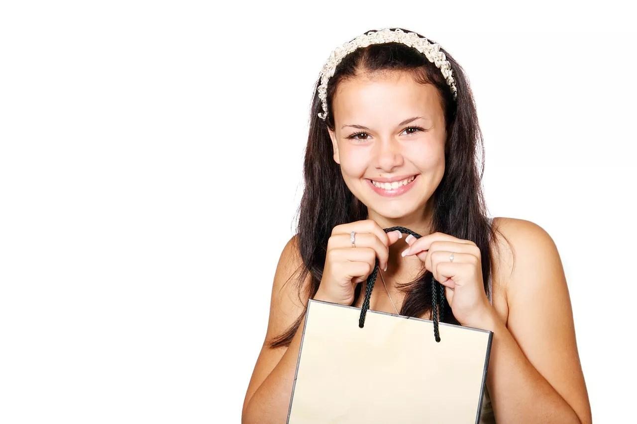 買い物袋を持って嬉しそうにする少女
