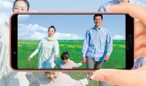 AQUOS sense3 SH-02Mで家族の写真を撮っている
