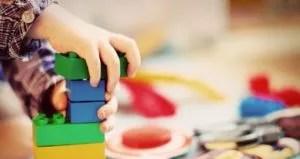 子供がブロックで遊んでいる様子
