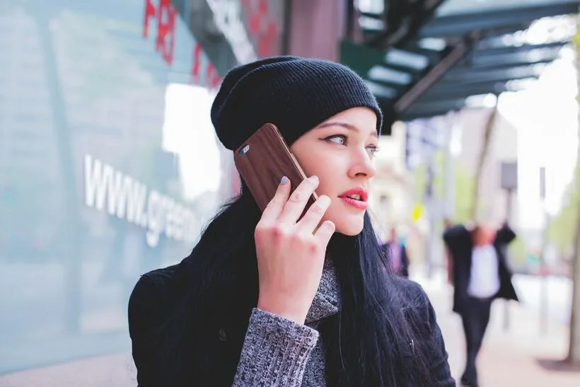 挿絵-スマホで通話する女性
