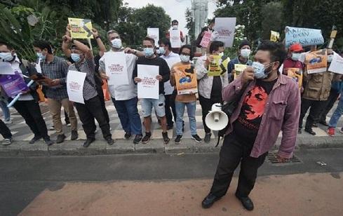 Para wartawan se-Surabaya menggelar aksi solidaritas di depan Gedung Negara Grahadi