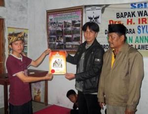 SERAHKAN PIAGAM – Ketum FAM Indonesia Muhammad Subhan menyerahkan piagam penghargaan. (Foto: IST.)