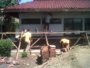 DIRENOVASI: Kantor Camat Jatinangor saat direnovasi, kemarin. Foto: Asep Nurdin/SO