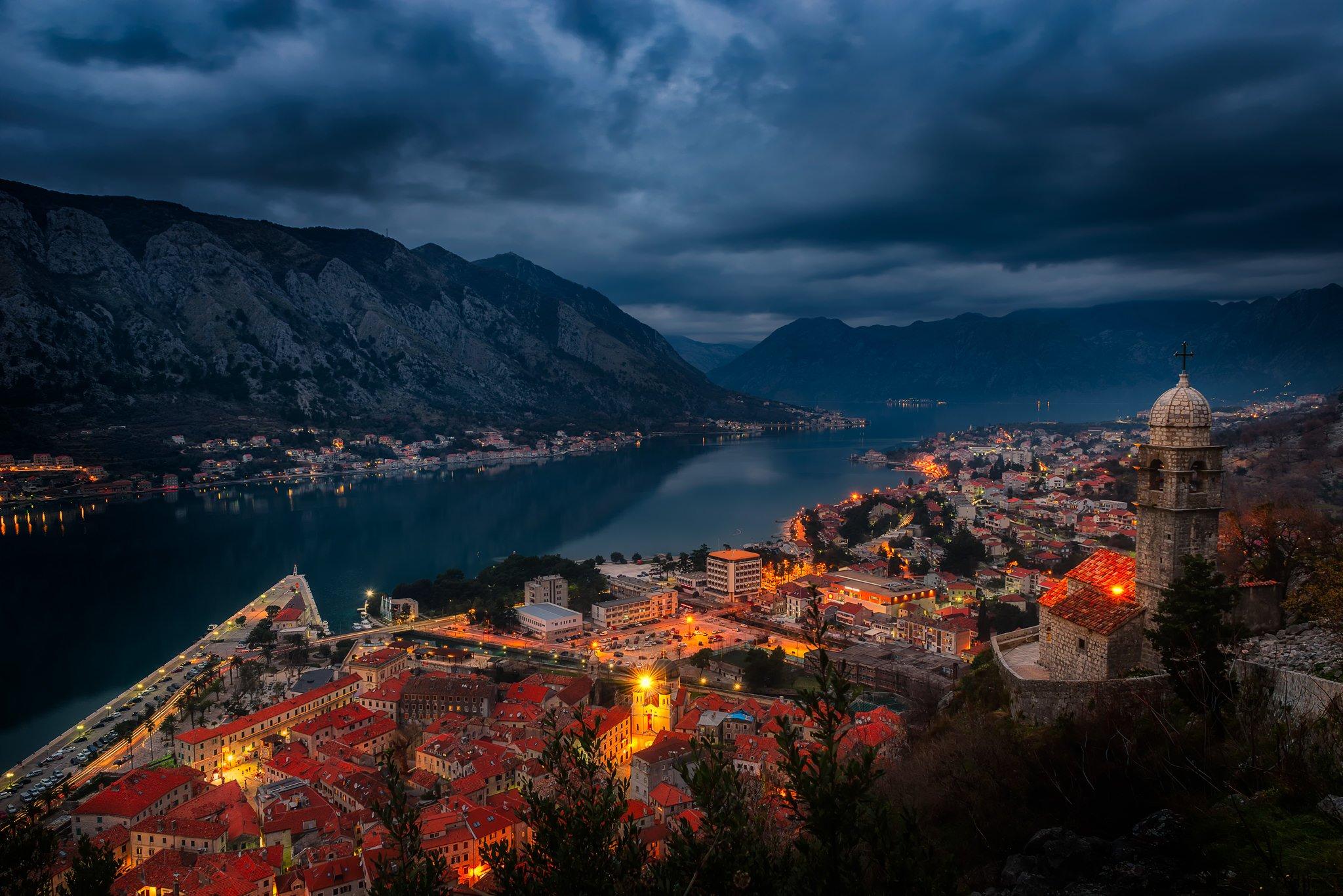 Brudny widok na zatokę w nocy | Kotor, Czarnogóra