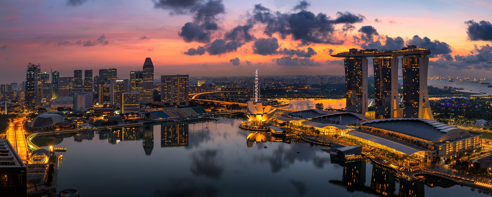 Panoramiczny widok na marinę w Singapurze o wschodzie słońca | Singapur
