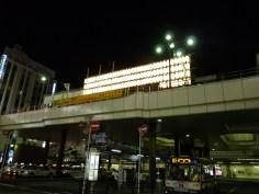 松戸駅正面の提灯を後ろから
