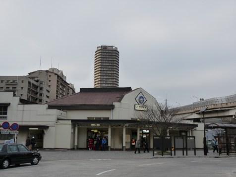 平屋のJR横須賀駅