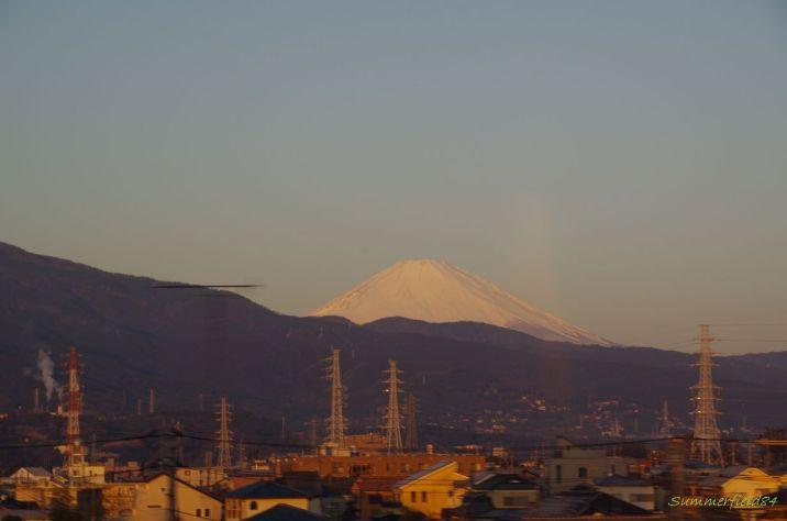 小田原に近づくにつれ、箱根の山々の陰へ
