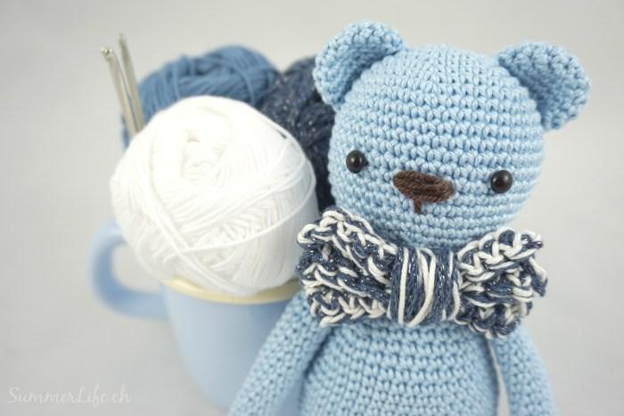 Blaubär-mit-Garn-Portrait-hell