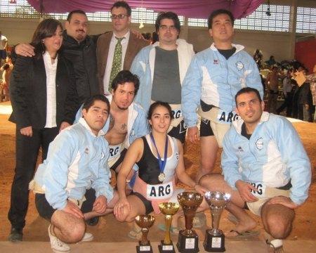 El equipo argentino con los trofeos conquistados