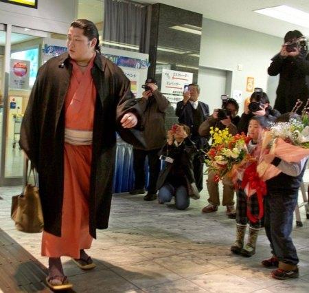 El Maegashira Endo a su llegada al aeropuerto de Kanazawa
