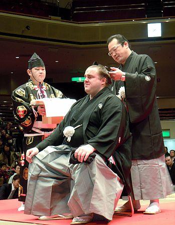 Onoe oyakata realizando el último corte en el mage de Baruto