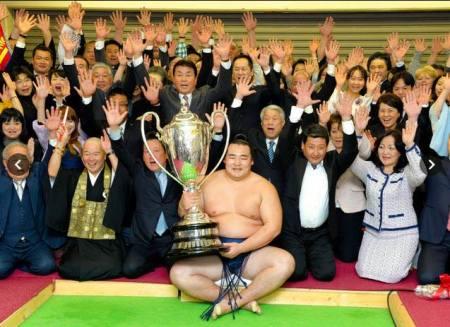 El Ozeki Kakuryu con su primera Copa del Emperador (Foto: Martina Lunau)