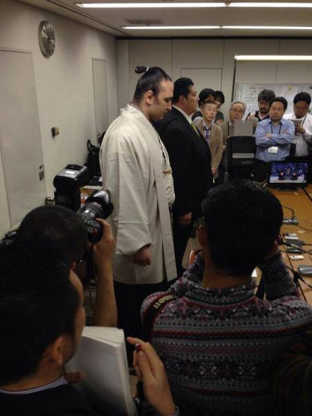 El Ozeki Kotooshu, junto a Sadogatake Oyakata, durante la rueda de prensa en la que anunció  su retirada
