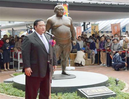 El antiguo Ozeki Kaio durante la inauguración de la estatua en su honor