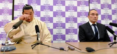 EL Komusubi Homasho, acompañado por Shikoroyama oyakata, durante la conferencia de prensa en la que anunciaba su retirada