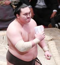 El Yokozuna Hakuho acaricia la victoria tras derrotar hoy al Ozeki Kisenosato (Foto: Sumoforum.net)