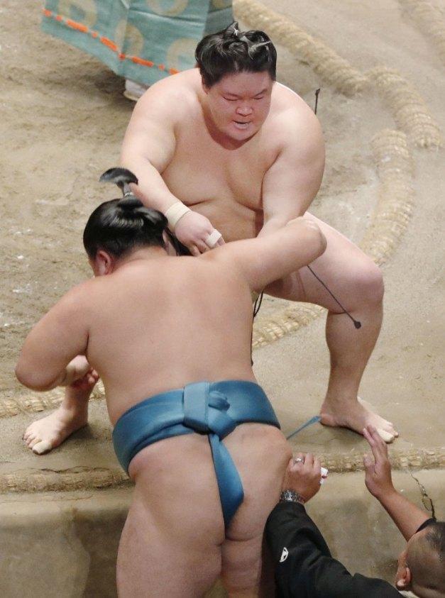 El Ozeki Goeido derrotando a Tamawashi para conseguir su primer título (Foto: Kyodo News)