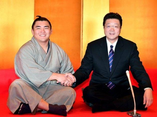 El nuevo Juryo Terutsuyoshi, reciente vencedor en la categoría de Makushita, con su entrenador Isegahama Oyakata (Foto: SumoForum.net)