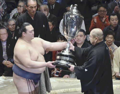 Kisenosato recibiendo su primera Copa del Emperador (Foto: Yomiuri Shinbun)