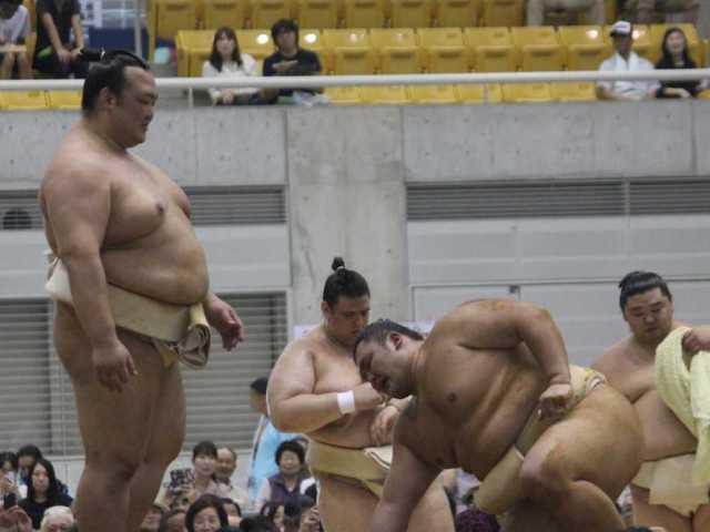 El Yokozuna Kisenosato observando el desarrollo del jungyo de verano