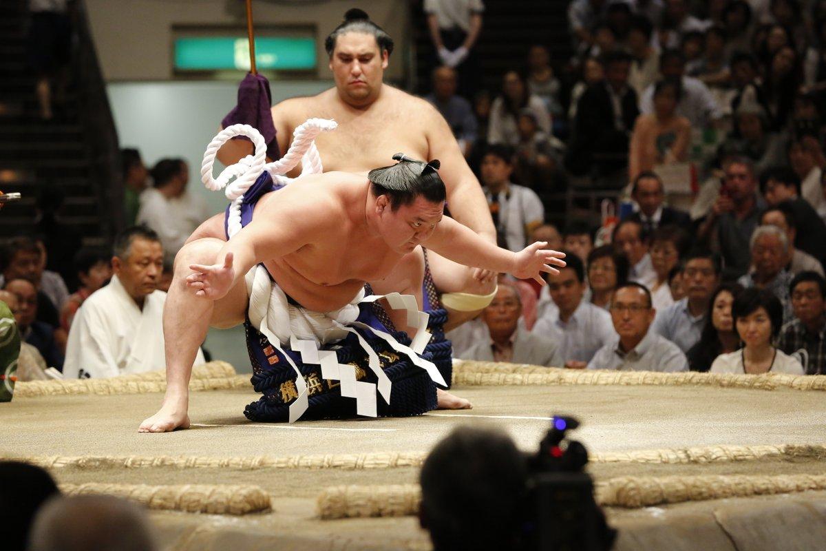 Hakuho es operado de la rodilla con éxito