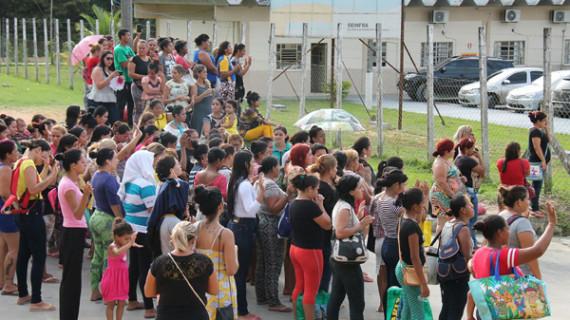 Foto: AFP Keluarga tahanan mencari informasi di depan penjara usai tragedi berdarah di Anisio Jobim.