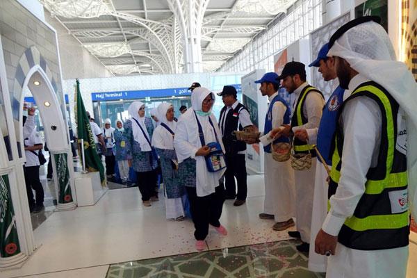 istimewa TIBA DI TANAH SUCI: Jamaah calon haji asal Indonesia tiba di Bandara Internasional Prince Mohammad bin Abdul Aziz, Madinah, Selasa (9/7). Hingga kemarin, sudah 37 Kloter tiba di Tanah Suci dan seorang jamaah wafat.