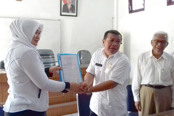 MOU: Plt Dirut RPH Kota Medan Ainal Mardiah SPd, MSi, bersama Dirut PD Pasar Kota Medan Drs Rusdi Sinuraya usai penandatanganan MoU.