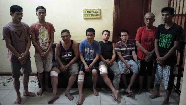 DITEMBAK : Personil Satuan Reserse Kriminal  Polres Langkat terpaksa menembak kaki para pelaku kejahatan yang mencoba melawan petugas saat diamankan.