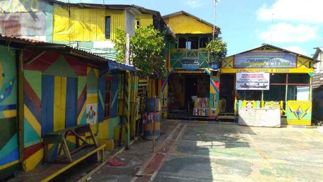 WARNA WARNI: Rumah masyarakat di Kampung Nelayan Medan Belawan kini berwarna warni.
