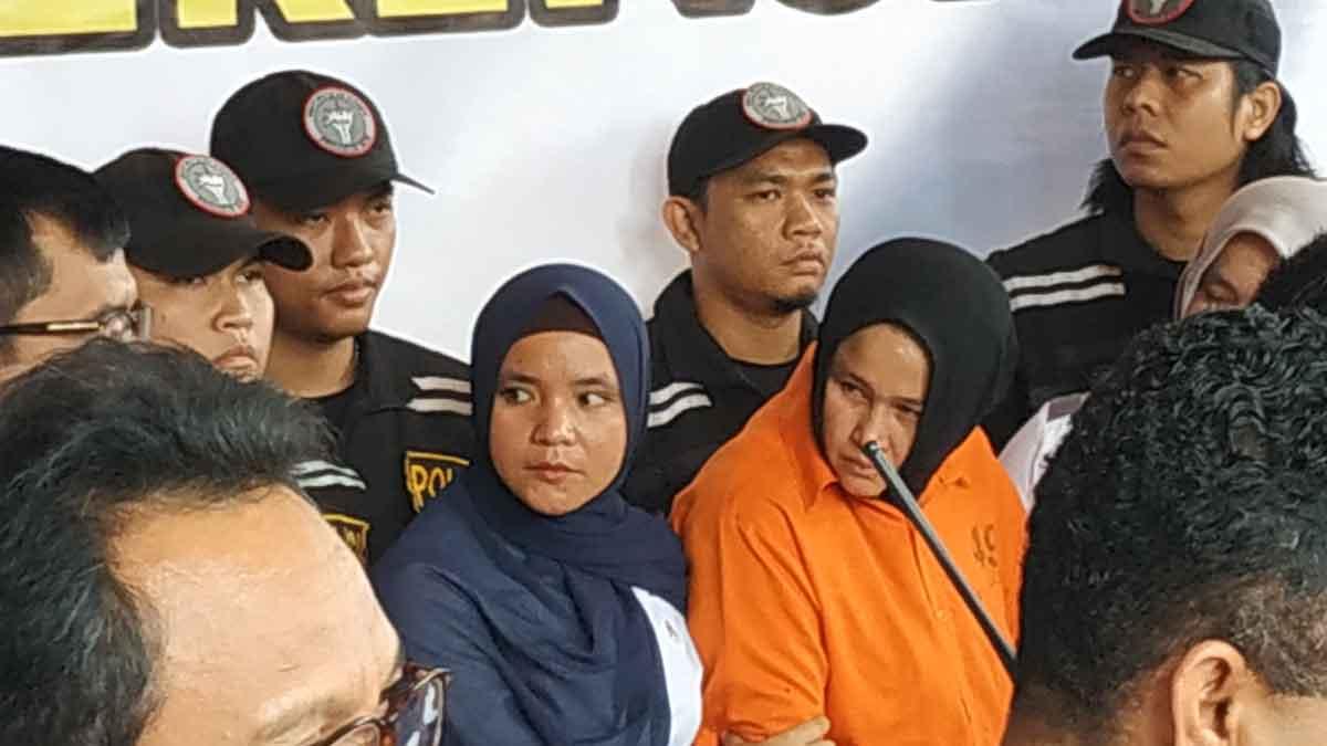 TAK PELAKU: Zuraida Hanum, merupakan otak pelaku pembunuhan terhadap suaminya sendiri, Hakim PN Medan, Jamaluddin, saat dikawal aparat polisi. M idris/sumut pos