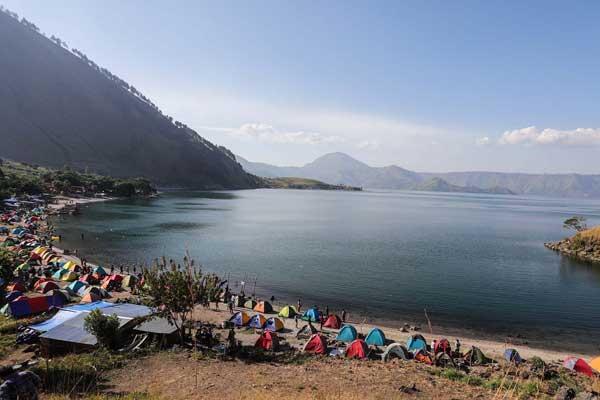 TENDA: Wisatawan mengikuti kegiatan festival 1000 tenda di pinggiran Danau Toba, beberapa waktu lalu.