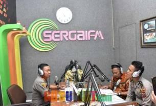 TALKSHOW: Kapolres Sergai AKBP R Simatupang SH MHum (kiri) di Studio Radio Sergai FM Pemerintah Sergai, di Desa Firdaus Kecamatan Sei Rampah, Serdang Bedagai. Kamis(13/2).