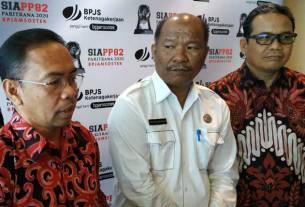 WAWANCARA: Direktur Perencanaan Strategis dan TI BPJamsostek Sumarjono (kiri) saat diwawancarai wartawan. Idris/sumut pos