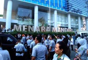 DEMO: Aksi demo karyawan PD Pasar Medan, menuntut pencairan gaji di depan Bank Mandiri, Rabu (26/2). Kemarin, gaji karyawan akhirnya dicairkan. Dan PD Pasar langsung menutup rekening di bank tersebut. prans/sumu tpos