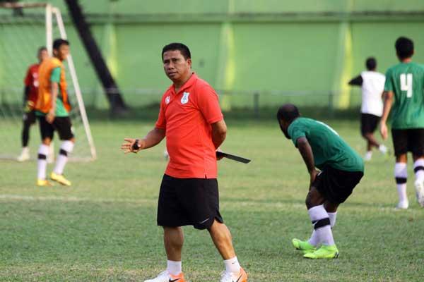 ARAHAN: Pelatih PSMS Medan Philip Hansen memberikan arahan kepada para pemain pada sesi latihan di Stadion Mini Kebun Bunga Medan, belum lama ini. Triadi Wibowo/Sumut Pos